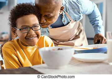 彼の, 父, 若い, 優しい, 息子, ささやくこと, 耳