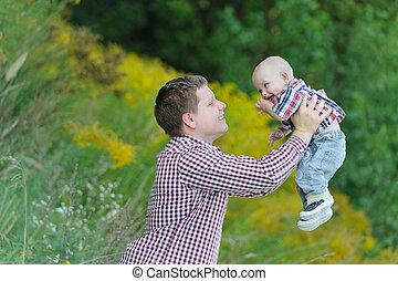 彼の, 若い父親, の上, 息子, 持ち上がること, 幸せ