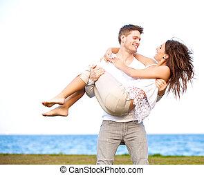 彼の, 風が強い, 届く, ガールフレンド, 人, 浜, ハンサム