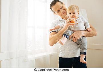彼の, 食べること, 父, 満足させられた, 若い見ること, 間, 子供, 微笑