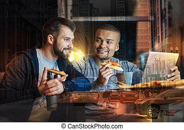 彼の, 食べること, 見る, 間, 微笑の人, 彼, 友人, ピザ