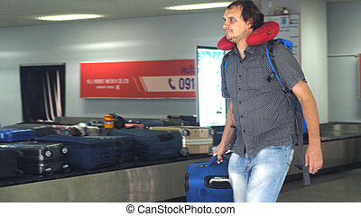 彼の, claim., 取得, 手荷物, conveyor., 若い, 手荷物, 空港, 旅行者, 人