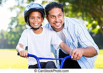 彼の, indian, 乗車, 息子, 助力, 自転車, 人