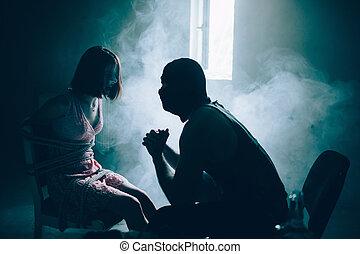彼女。, いくつか, scared., 犠牲者, 女の子, squat, 女の子, 見る, 霧, chair., man., 映像, 彼の, モデル, kidnapper, 結ばれた, 暗い, 客間, 内側。, 彼女, ポジション