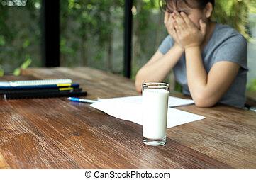 彼女, カバー, 手, ガラス, asian 額面, 失望させられた, ミルク, 宿題, ティーネージャー