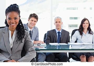彼女, チーム, 間, 微笑, 女性実業家, 前部, 深刻, モデル