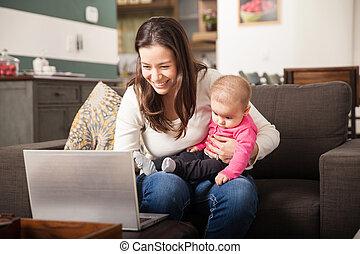 彼女, 仕事, 若いママ, 赤ん坊, 家