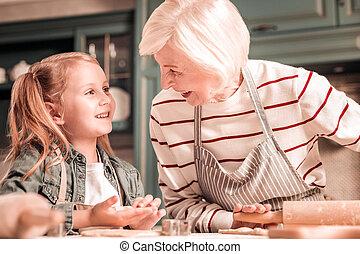 彼女, 孫娘, 喜ばせられた, 見る, シニア, ブロンド