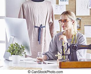 彼女, 提示, 新しい, ドレスメーカー, かなり, デザイン, クライアント
