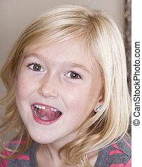 彼女, 欠けている, 上, それ, 歯, 感動的である, 子供, 前部, 舌