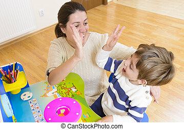 彼女, 母, 励ますこと, 彼, 子が遊ぶ