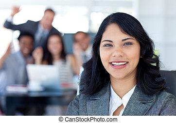彼女, 背景, チーム 肖像画, 成功, 微笑, 女性実業家, 祝う