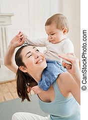 彼女, 若い, 息子, piggyback, 届く, 母, 家肖像画