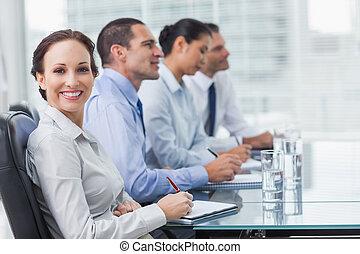 彼女, 間, プレゼンテーション, 同僚, 微笑, カメラ, 女性実業家, オフィス, 明るい, 聞くこと