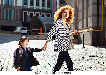彼女, mommy, 通り, 交差, 流行, 子供