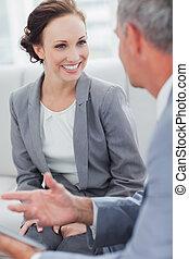 彼女, workmate, 話し, 微笑, 女性実業家, 聞くこと
