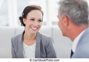彼女, workmate, 話し, 朗らかである, 女性実業家, 聞くこと