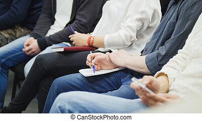 很多, 在中, 人们坐, 在中, 商业, 大厅, 在, 讲课, 同时,, 拿笔记, -, participators, 作品, 入, 他们, 笔记本