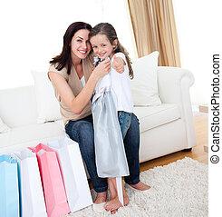 很少, 她, 母親, 女孩, 嘗試, 衣服