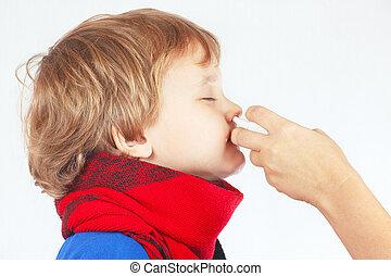 很少, 有病, 男孩, 使用, 鼻的水霧, 在, the, 鼻子, 上, a, 白色 背景