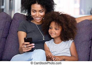很少, smartphone, 女儿, 开支, 时间, 快乐, 妈妈, 家, 使用