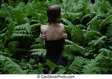 後部光景, の, a, 美しい, 若い女性, ∥で∥, 裸の 肩, モデル, の中, シダ, 中に, ∥, 森