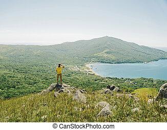 徒步旅行者, 人, 調查, 距離, 到, 山, 以及, 海