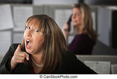 従業員, 怒っている女性