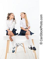 得ること, 背中, 準備ができた, 生徒, 形式的, 学校, 時間, ユニフォーム, 話し, モデル, テーブル。, 基本, classroom., 子供, 女生徒, 楽しむ, school., 小さい, 壊れなさい, わずかしか