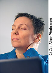 從事工商業的女性, 由于, 嚴厲, 頸項痛苦