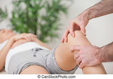 從業者, 使用, 他的, 手指, 到, 按摩, a, 膝蓋