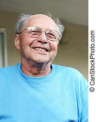 微笑している年をとった男