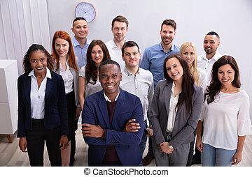 微笑する立つこと, グループ, businesspeople, オフィス