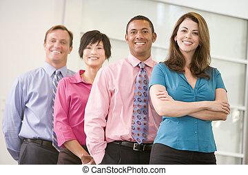 微笑する立つこと, 屋内, ビジネス チーム