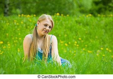 微笑の女の子, 中に, 草