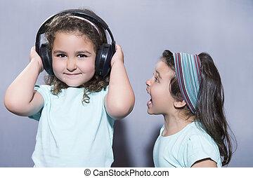 微笑の女の子, 音楽 を 聞くこと, 中に, ヘッドホン, ∥で∥, 姉妹, 叫ぶこと, 近くに