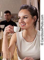 微笑の 女性, エスプレッソ, 飲むこと