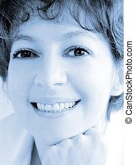 微笑の 女性