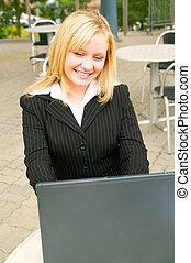 微笑の 女性, ビジネス