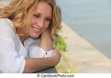 微笑の 女性, 上に, a, 板張り遊歩道