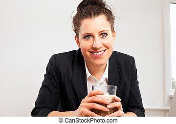 微笑の 女性, 保有物 ガラス, の, チョコレート飲み物