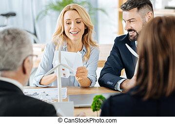 微笑の 女性, 保有物, a, ごく小さい, 家, 間, 彼女, 同僚, ∥見る∥, それ