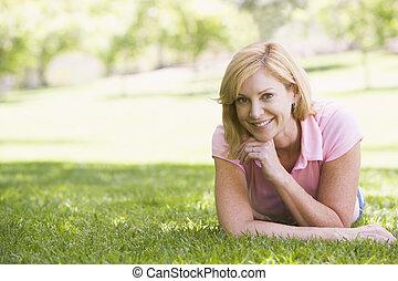 微笑の 女性, 弛緩, 屋外で