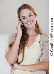 微笑の 女性, 持つこと, a, 会話, 上に, 彼女, 携帯電話