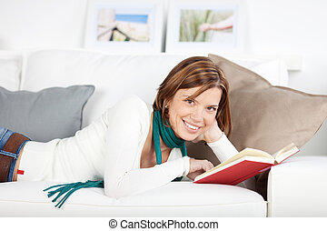 微笑の 女性, 本との弛緩