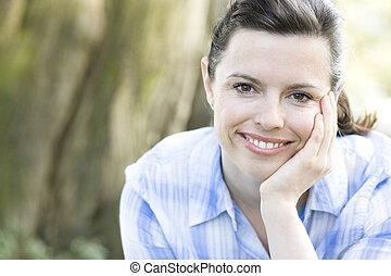 微笑の 女性, 若い