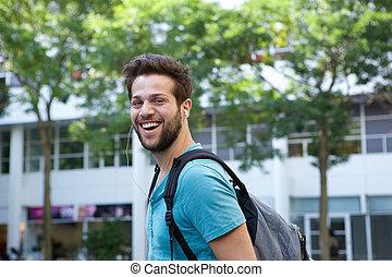 微笑人, 背包, 年轻