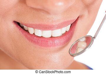 微笑的婦女, 由于, 完美, 白色的牙齒