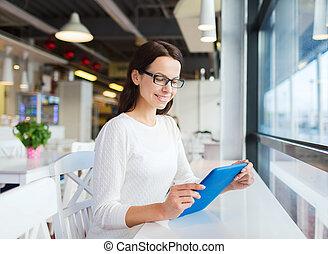 微笑的婦女, 由于, 小塊pc, 在, 咖啡館