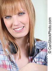 微笑的婦女, 由于, a, 對, ......的, 頭戴收話器, 輪, 她, 脖子